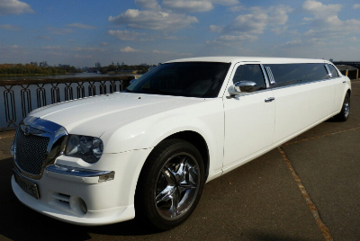 Лимузин Chrysler 300с Bentley Style на прокат в Киеве